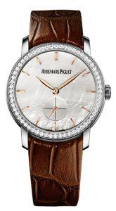 Cadrans en nacre blanche créent de charmantes montres d'imitation.