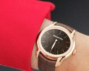 Suisses fausses montres sont fascinantes avec la couleur brune.